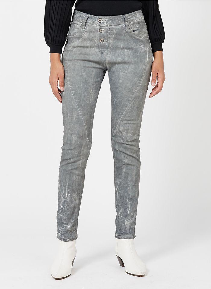 PLEASE Beschichtete, irisierende Boyfriend Jeans