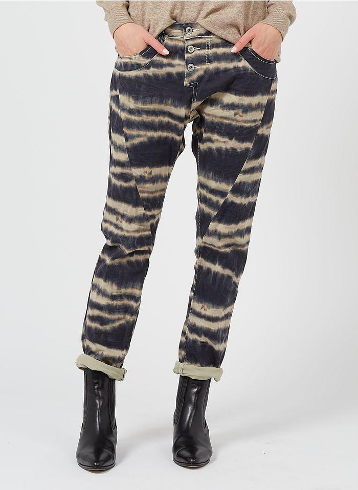 PLEASE Boyfriend Jeans aus Stretch-Baumwolle mit Batikprint in Beige