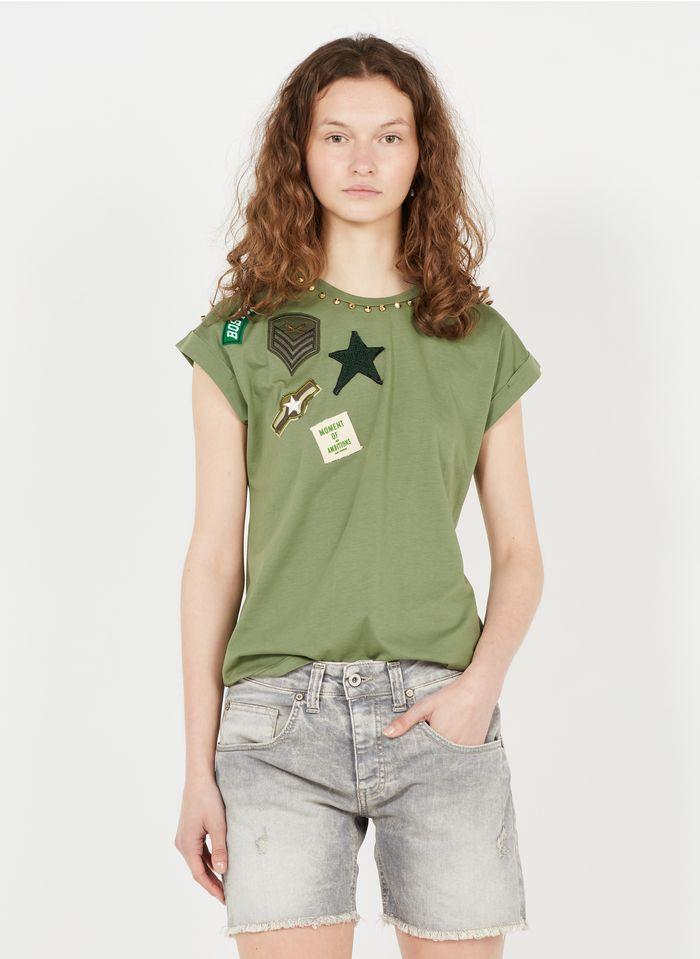 PLEASE Rundhals-T-Shirt aus Baumwolle mit Nieten und Wappen in Khaki