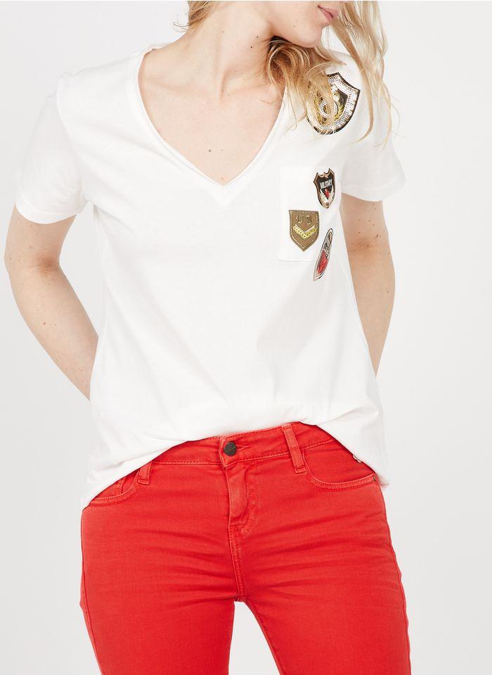 PLEASE Camiseta de algodón con cuello de pico e insignias bordadas en blanco