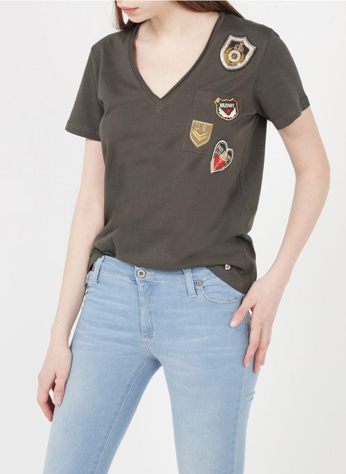 PLEASE Camiseta de algodón con cuello de pico e insignias bordadas en kaki